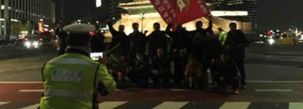 훈훈한 광화문 촛불집회 사진 1장,SNS후끈 '의령군 농민 시위대 기념사진 촬영해주는 경찰관