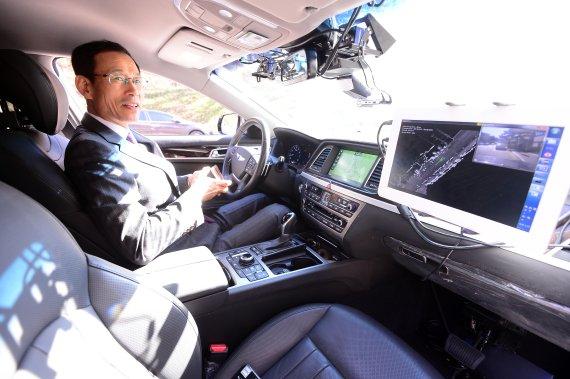 서울대 지능형자동차IT연구센터가 15일 관악구 서울대에서 도심자율주행자동차 '스누버2(SNUber2)'를 공개했다. 최정호 국토부 제2차관이 '스누버2(SNUber2)'에 시승하고 있다. /사진=박범준 기자
